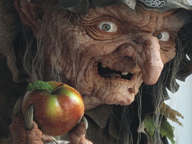 Ugly Witch With Apple 壁紙画像
