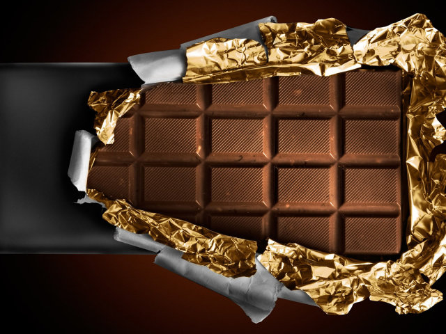Unwrapping A Chocolate Bar 壁紙画像