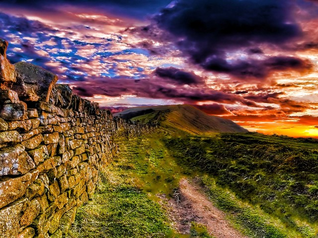 Stone Walls And Colorful Skies 壁紙画像